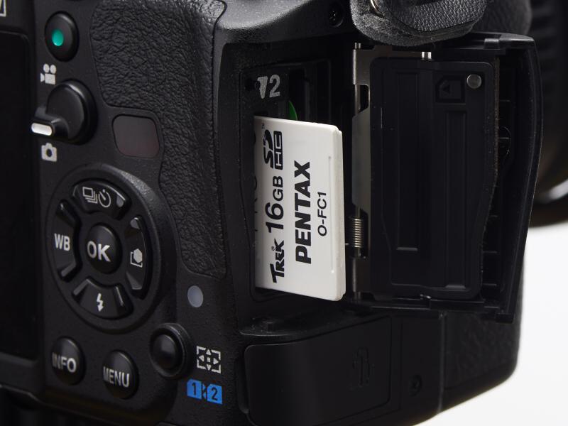 O-FC1はSDカードインターフェースを通じてカメラコントロールを行なうため、スロット側がそのプロトコルに対応している必要がある。K-3の場合、必ずSD2スロットに挿入する。SD1スロットに挿しても機能しない。