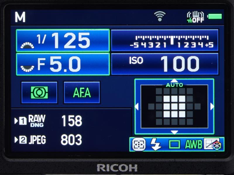 O-FC1の起動中はアイコンが点滅する。完了すると点滅は止まり、「未接続」を示すグレーアウト状態になる。ビープ音はカメラのスピーカーではなくカードから鳴るので聞き取りづらい。アイコンで確認する方がいい。