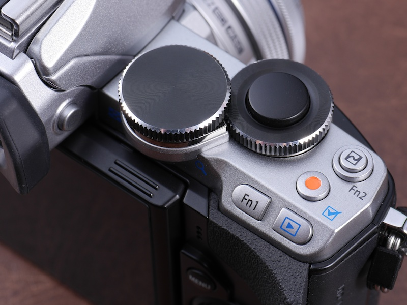 OM-Dシリーズ上位モデルを継承した操作系。他のOM-Dと異なり防塵防滴ではないが、その分、ボタンの押し心地などに違和感は感じられない