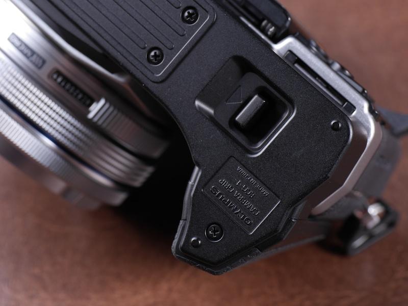 専用グリップECG-1は、レバー操作でボディとの脱着が可能。