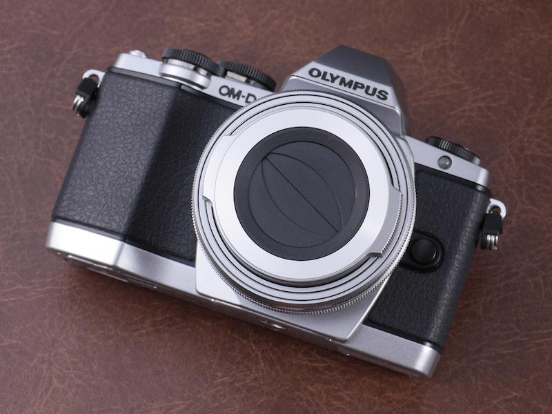 M.ZUIKO DIGITAL ED 14-42mm F3.5-5.6 EZに自動開閉レンズキャップLC-37Cを装着。レンズのフロントキャップをつけたり外したりする手間が省ける