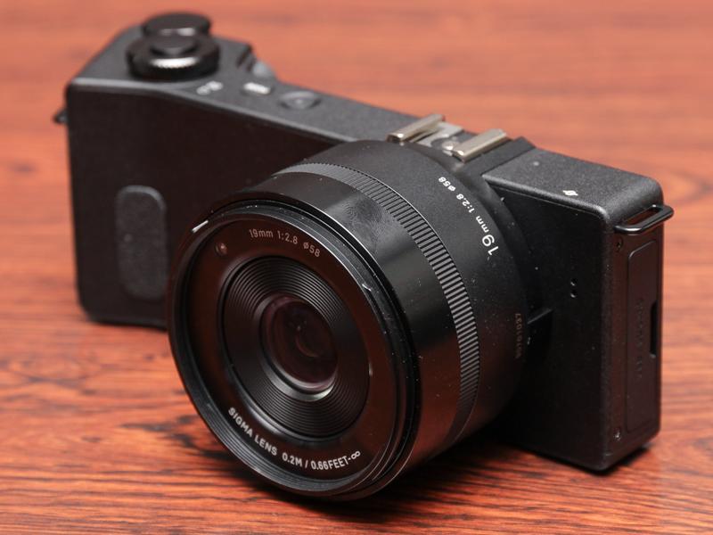 19mm F2.8(約28mm相当)レンズのdp1 Quattro