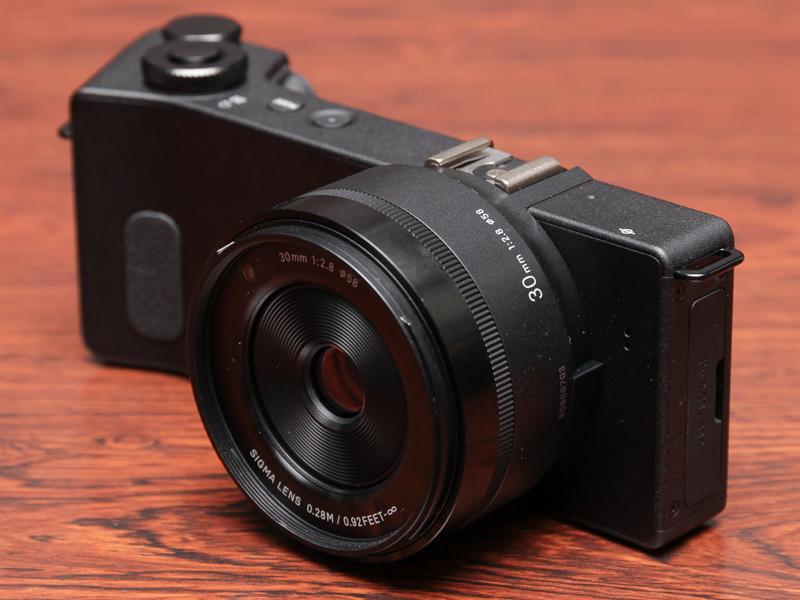 30mm F2.8(約45mm相当)レンズのdp2 Quattro