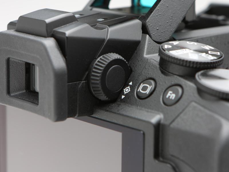 アイピース横のダイヤルは照準器調整用のもの。調整はメニューの調整画面を表示して行う。