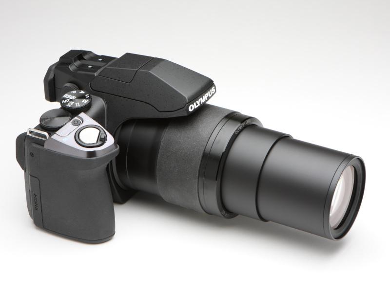 テレ端時(左側)とワイド端時。テレ端では1,200mm相当の画角であるが、実焦点距離は215mmなので、レンズの繰り出しはさほどでもない。