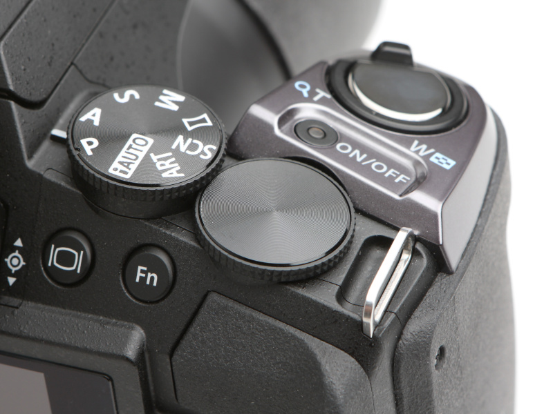 OM-Dシリーズ同様、トップカバーに剥き出しのコントロールダイヤルを設置する。操作感も良好だ。