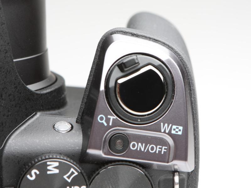 シャッターボタン同軸のズームレバーを備える。コンパクトデジタルカメラのユーザーにとっては馴染みのある操作だろう。電源ON/OFFボタンはプッシュ式。