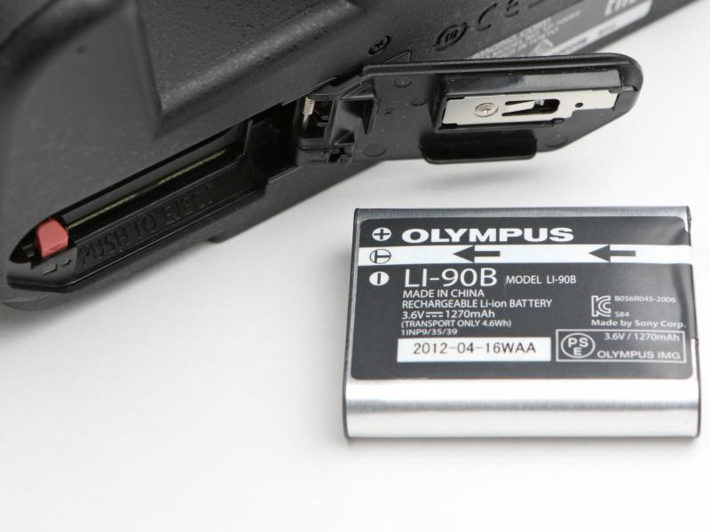 バッテリーはLI-90Bを使用。若干心もとないように見えるが、撮影可能枚数は約330枚(CIPA準拠)を実現している。