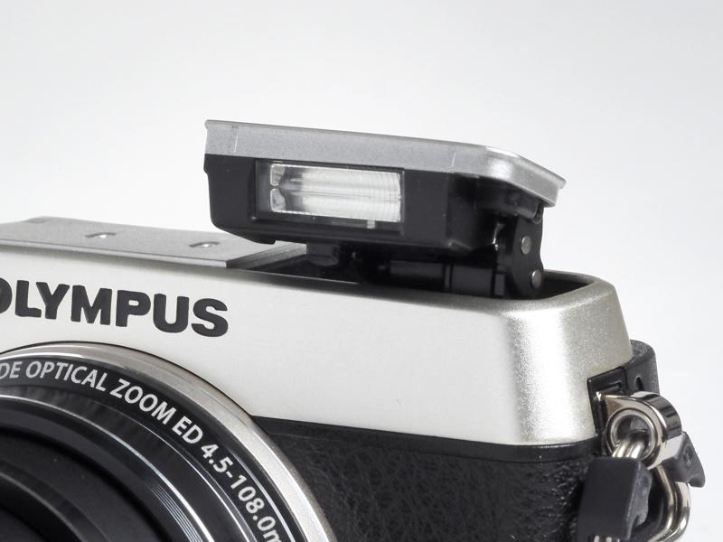ポップアップ式の内蔵フラッシュを搭載する。撮影可能範囲はレンズのワイド端で0.3m~8.3m(ISO3200時)、テレ端で0.4m~3.6m(ISO3200時)となっている。