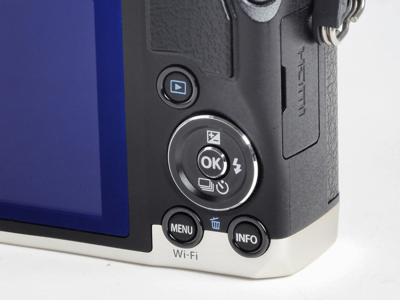 背面のボタン配列。SH-60からボタンが1つ増え、よりPENシリーズに近いものとなって操作性は向上した。「MENU」ボタンは内蔵Wi-Fiのスタートボタンを兼ねている。
