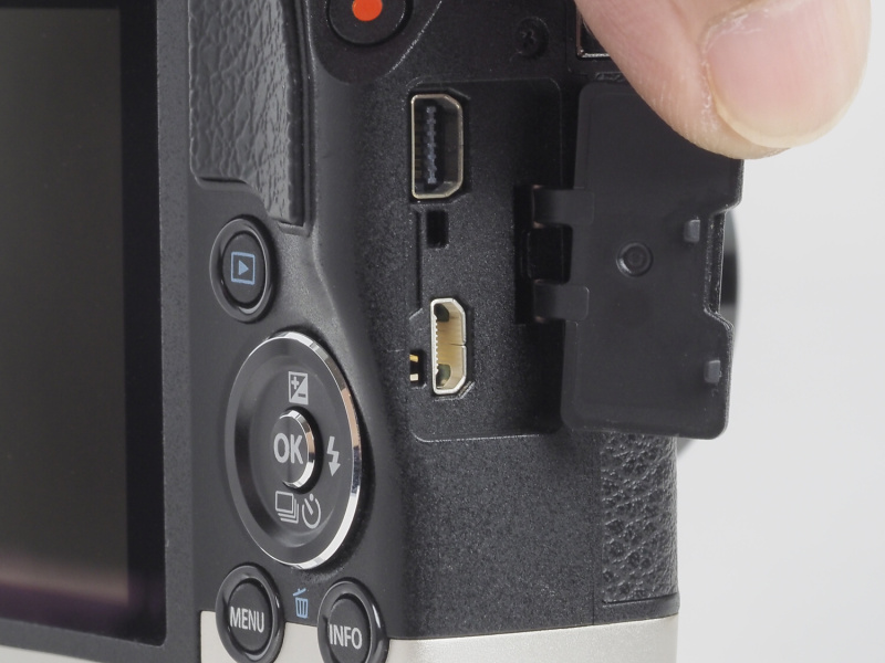インターフェース部。上が専用マルチコネクタ(USB2.0)、下がHDMIマイクロコネクタ(タイプD)。