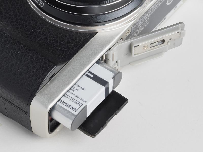 バッテリー及び記録メディア室。SDXC/SDHC/SDカードの他、Eye-Fiカードにも対応する。バッテリーはLI-92Bが1個付属する。