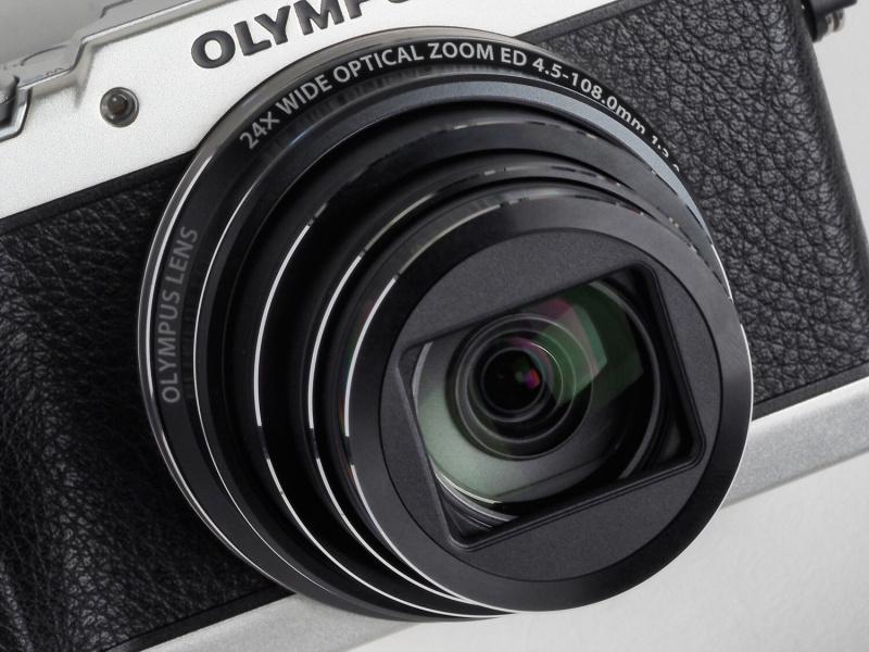 搭載レンズは35mm判換算25-600mm相当の高倍率ズーム。コンパクトデジタルカメラの静止画撮影では世界初という光学式5軸手ブレ補正機構を搭載し、超望遠撮影やマクロ撮影時にも強力に作用する。