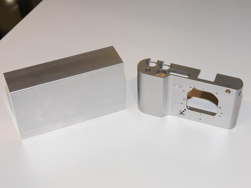 アルミの塊(左)を削り出してカメラのボディ(右)を作る