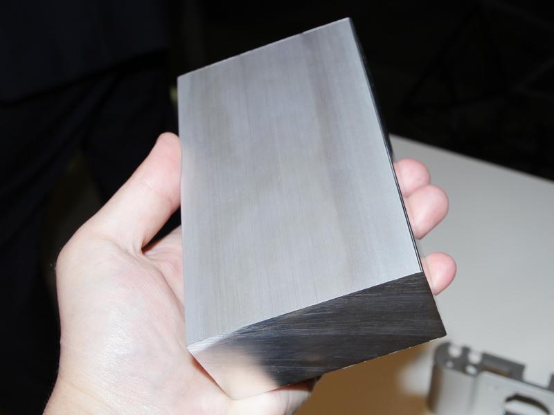 削る前の塊は約1.2kgあるが、削った後のパーツはわずか94gになる