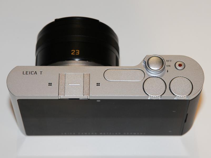 主なメカニカルの操作部材は上面にまとめてあり、シャッターボタン、動画ボタン、2つのダイヤルとなっている