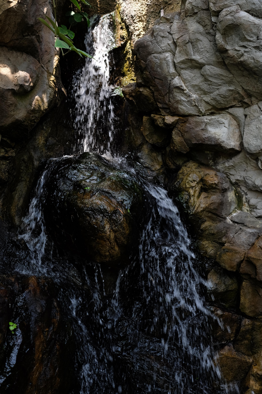 F4まで絞って硬くとらえる。シャドウがしっかりと沈み、濡れた岩の湿度が伝わってくる。X-T1 / 1/120秒 / F4 / -2EV / ISO200 / 絞り優先AE / WB:オート / 23mm