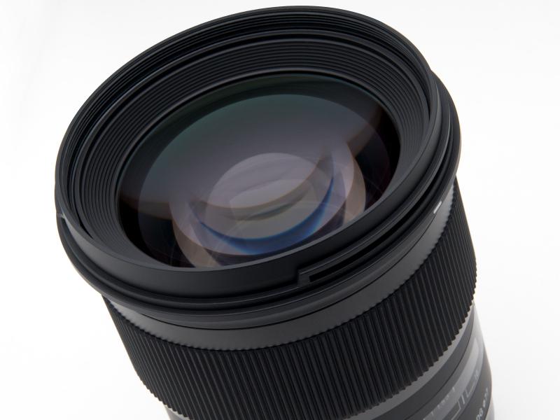 大きく存在感のある前玉。フィルター径は77mm。50mm単焦点レンズとしては前モデル同様、異例とも言えるほど大きい