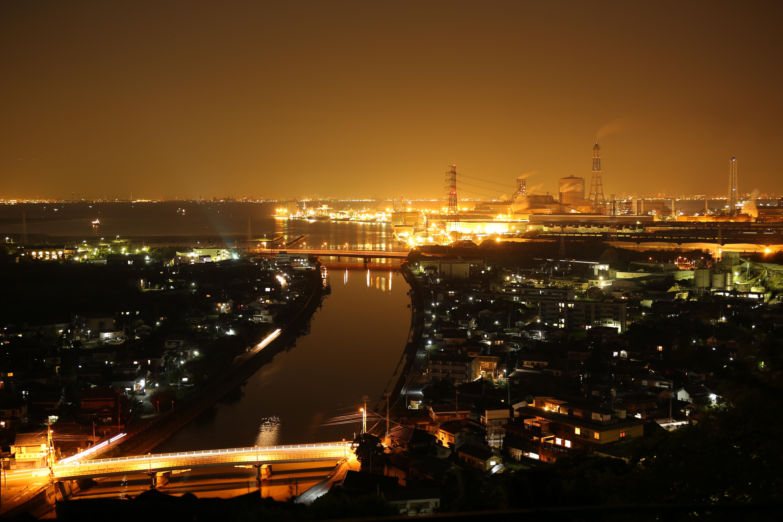 東京湾に面する工場と住宅地の夜景。オレンジ色に包まれた空と海の向こう側には都会の明かりが瞬く。収差の目立ちやすい点光源が多い被写体だが、わずか1絞り絞り込み撮影したことでほぼ解消されている。にじみも無くとてもクリアな夜景撮影が可能だ。明るいレンズであることも夜景撮影には好都合だ。EOS 5D Mark III / 5秒 / F2 / 0EV / ISO100 / マニュアル露出 / WB:太陽光 / 50mm