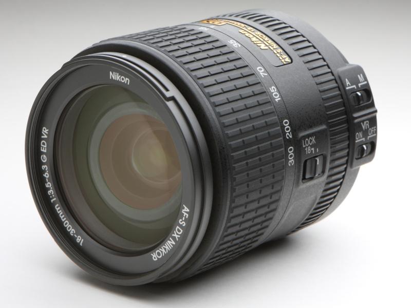 従来のAF-S DX NIKKOR 18-300mm f/3.5-5.6G ED VRに比べて、小型軽量化を図っている