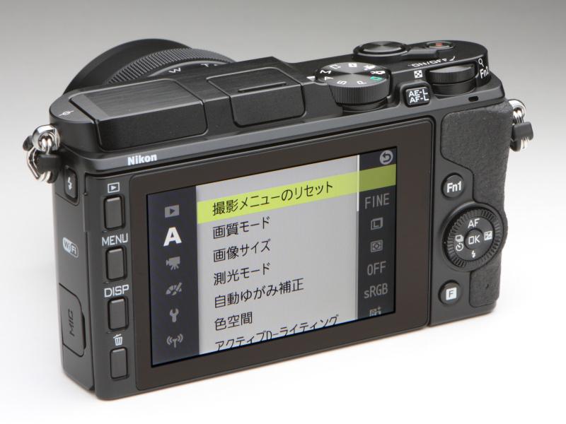 背面はFn1ボタンと独立したAE-L/AF-Lボタンが増えただけだが、Nikon 1 V2にくらべ賑やかな印象。液晶モニターは従来と同じ3型だが、92万ドットから104万ドットにアップし、タッチ操作も可能となった。