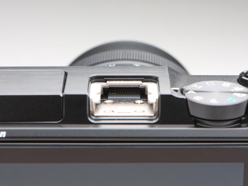 電子ビューファインダーのほかスピードライトやGPSユニット・GP-N100などの装着が可能なマルチアクセサリーポート。ポートの奥に接点が見える。