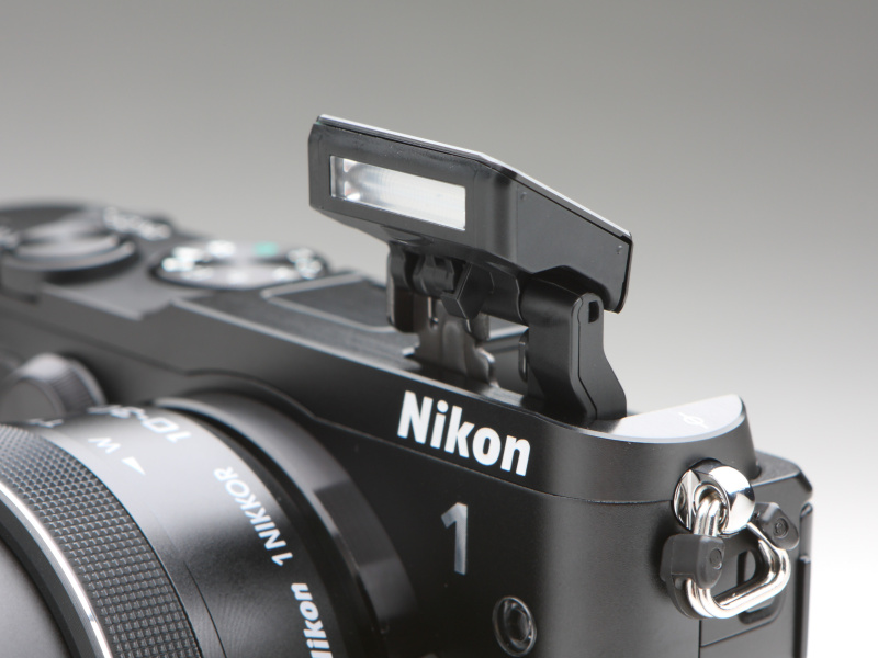 内蔵ストロボをポップアップさせたところ。ガイドナンバーは6.3(ISO160・m)。写真では三角環に隠れて見えないが、ポップアップボタンはボディ側面に備わる。