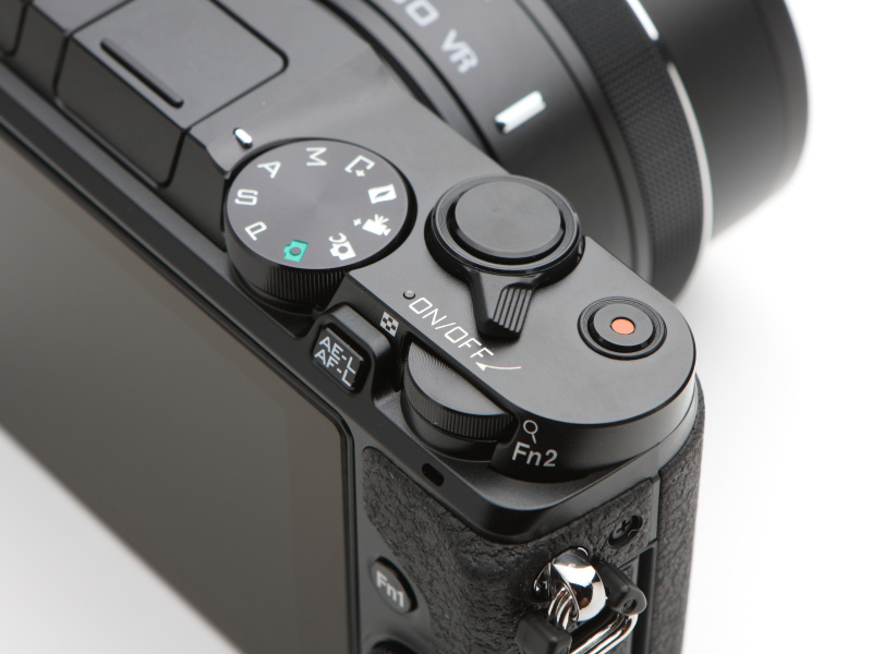 メインコマンドダイヤルはFn2ボタンも兼ねる。シャッターボタンと同軸の電源レバーは大きく、手袋をしたままでも操作しやすそうだ。