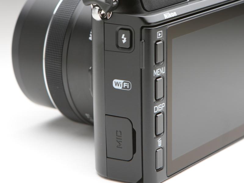 カメラ背面からみて左側面には、フラッシュポップアップボタンやマイク端子を備える。マイク端子はステレオに対応。背面のボタンは大きく操作性はよい。