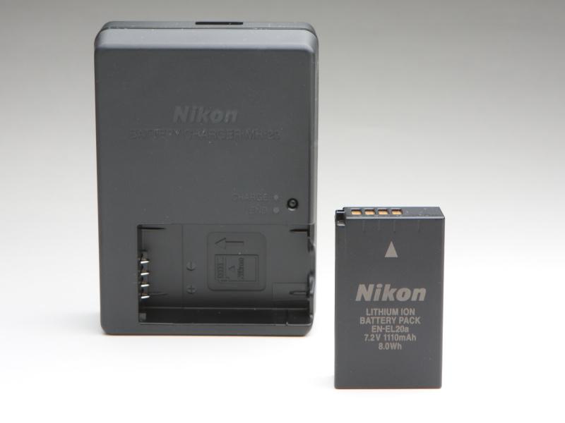 バッテリーはEN-EL20aを使用。バッテリチャージャーも付属する。