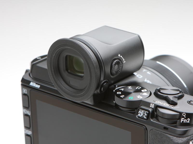視度調整機能やアイセンサーを搭載する電子ビューファインダーDF-N1000。ロック機構を備えているため、誤ってカメラから外れてしまうようなこともない。