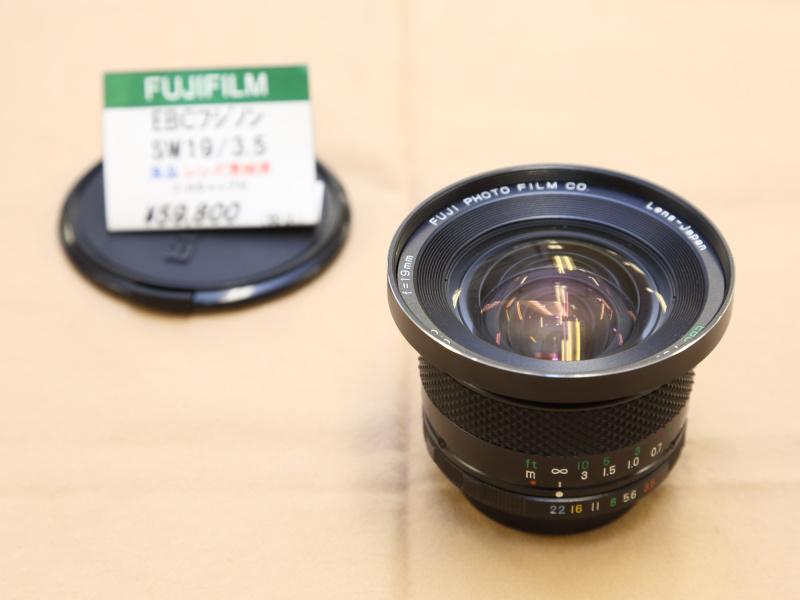 M42マウントを採用するフジノンの超広角レンズ。APS-Cサイズのミラーレスなら28mm相当のレンズとして使えそうだ。(新橋イチカメラ)