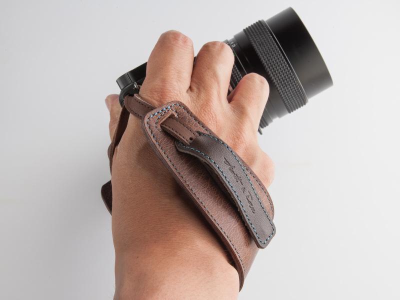 手の甲を覆うようにストラップに手を通す。カメラと手の一体感が増す