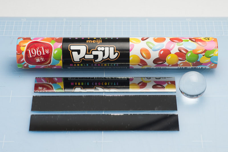 これは大きいサイズのマーブルチョコレート。「マーブルジャンボ」(明治製菓)の空き箱。「アポロジャンボ」の筒でもいい。表面反射鏡は25×154mmのサイズにカットした