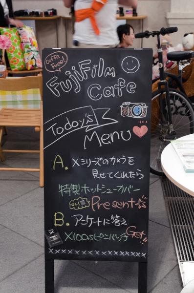 FujiFilm Cafeと称したブースでは、サービス精神あふれるおもてなしを提供していました。