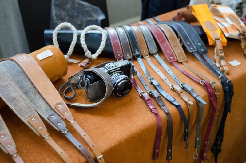 世代性別問わずに人気の高い革ストラップ。手に取って感触を確かめてから選びたいですね。(Leather Factory Roberu)