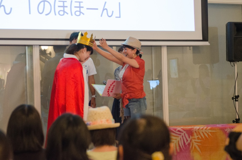 キャメラびと大賞を受賞したのはchieさんでした。山本まりこさんから王冠とマントが授与されました。
