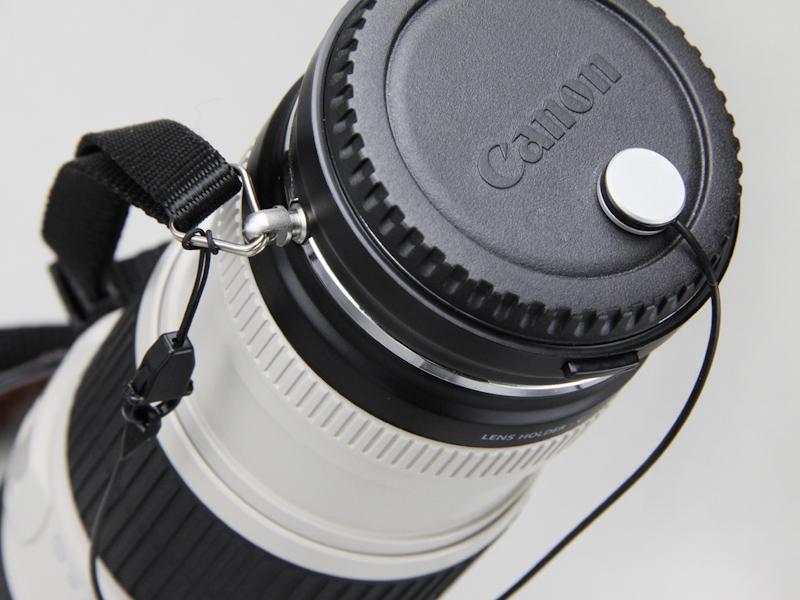 両面テープで貼り付けてボディキャップの紛失を防ぐホルダーが付属する