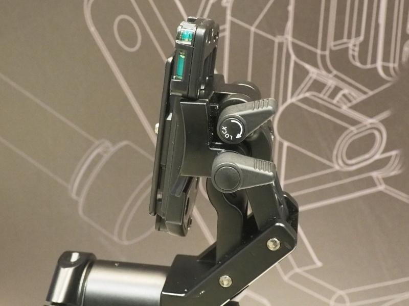 無地のノブを解除すると、シュープレート取り付け部の角度が微調整できる