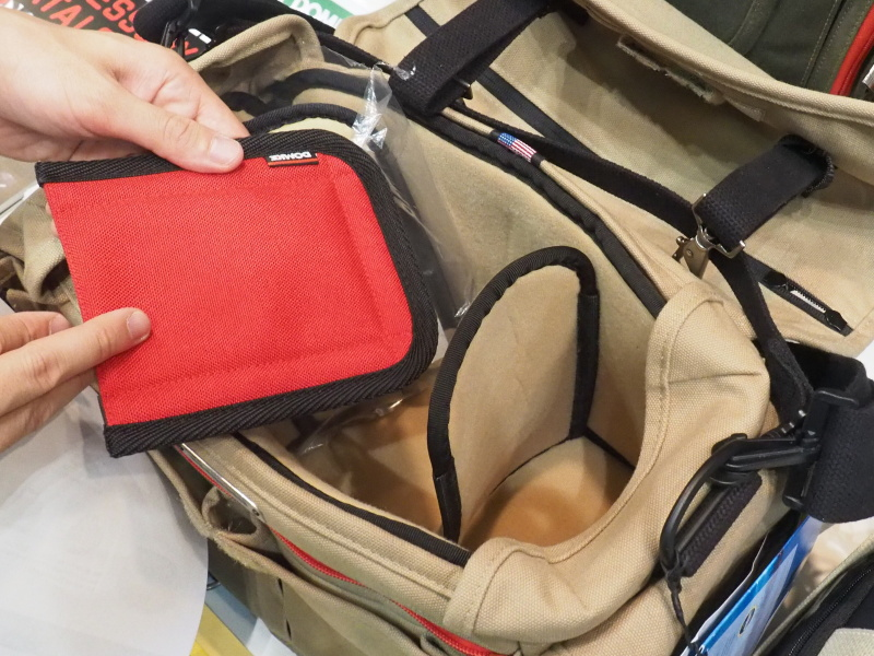 クロニクル内部。ベルクロ式の仕切りを採用。赤いポケットもベルクロで任意の場所に付く