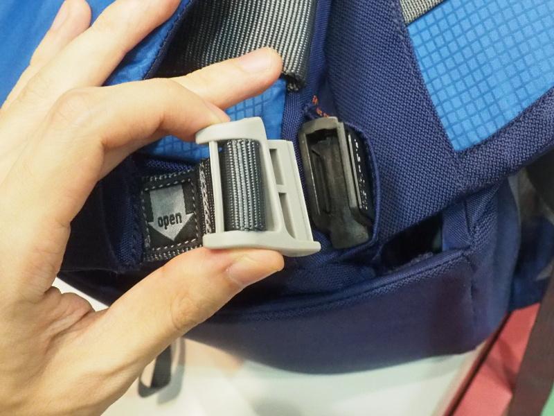 ウエストバッグ部分を固定するパーツは、下にスライドさせないと外れないが、装着する際は近づけるだけで磁石でピタリと吸い付く