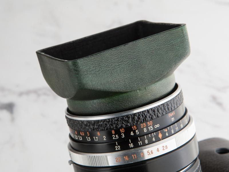 49mm径のレザーレンズフードは3,800円。ローライ風の角形デザインを採用している