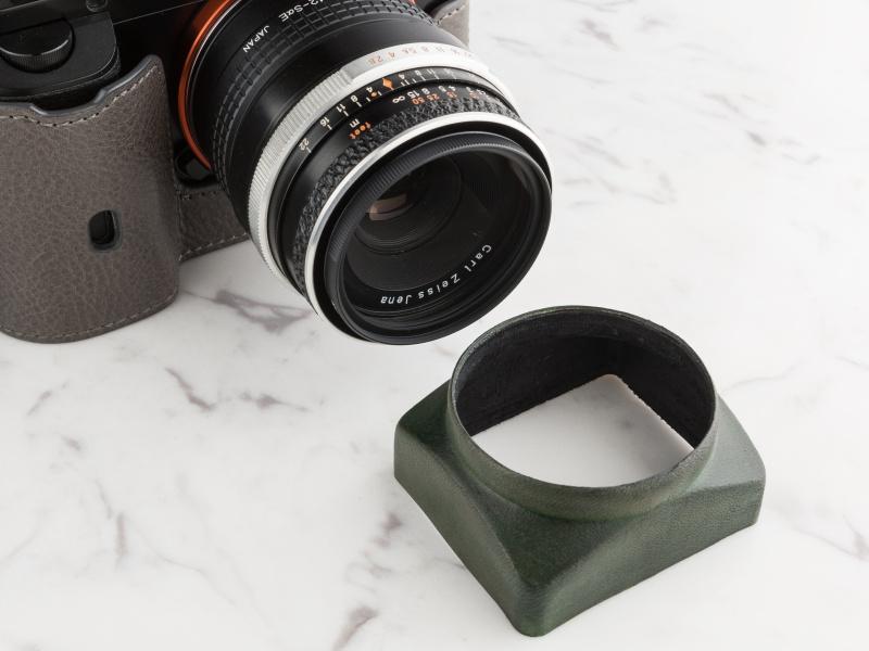 レンズに保護フィルターを付け、その上からかぶせると固定しやすい