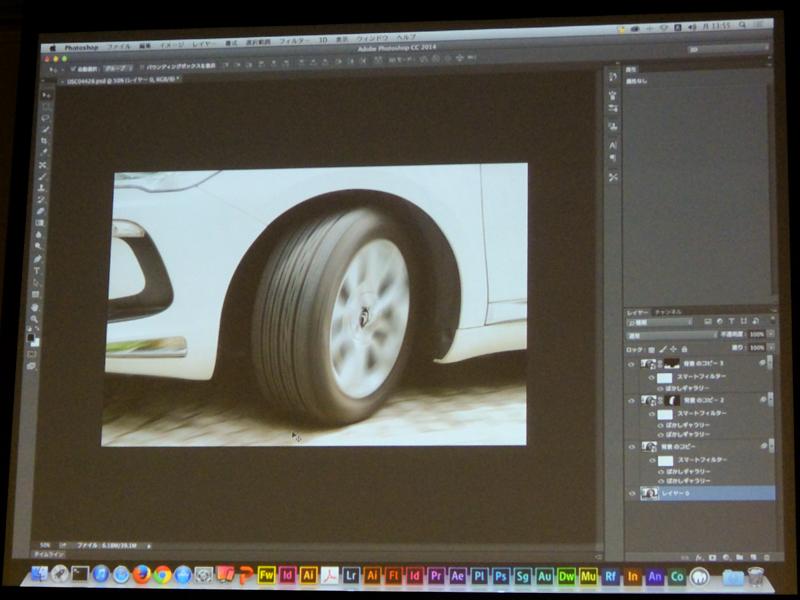 停止している車のタイヤに2つのぼかしを適用して走っているかのように見せた例。ここでは、地面にもぼかしを適用している