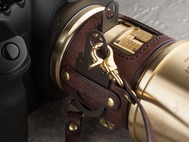側面に絞りプレートが装着可能。金具でレザーコードを取り付ければ紛失の心配もない