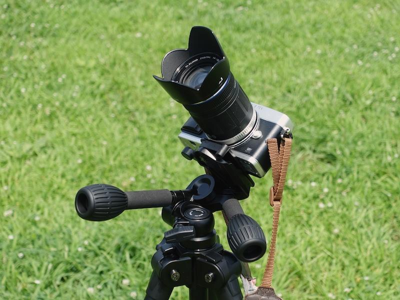 カメラを真上に向けたい場合は、前後逆さまにカメラを取り付けます。花火を撮影するときに覚えておくと便利です。