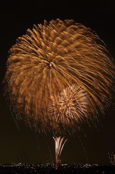 ゆっくり広がる花火をすべて写し込むなら、シャッターをずっと開けなければなりません。この写真の場合は10秒。三脚でカメラを固定しないと、絶対にこうは撮れない写真です。