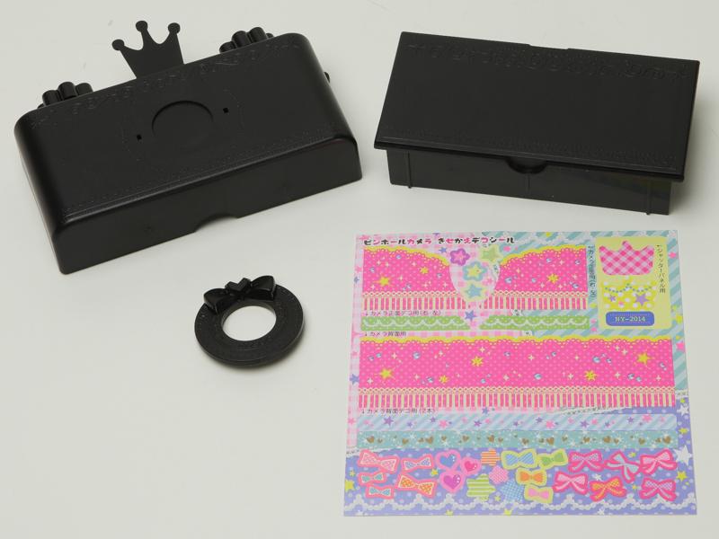 本体はボディと裏蓋のパーツからなり、リングパーツをカメラの全面に嵌め込んで完成