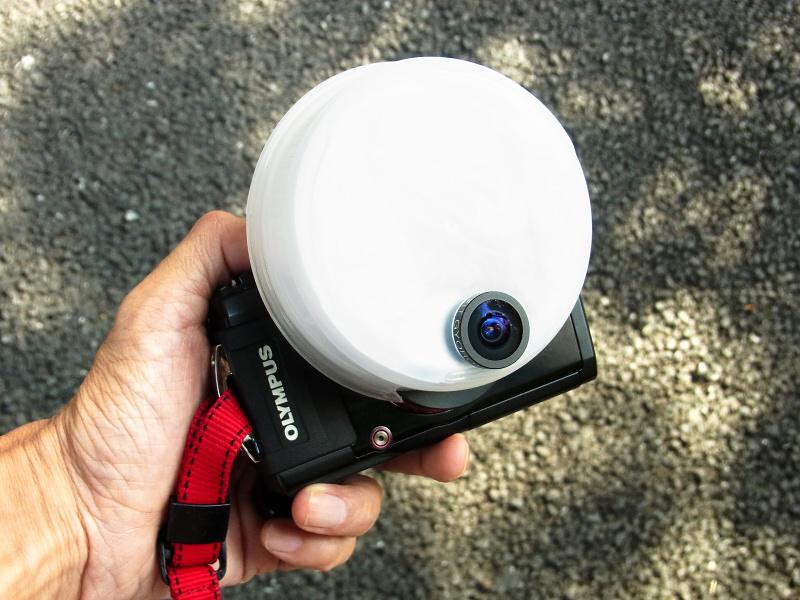 「OLYMPUS STYLUS TG-3 Tough」に「魚露目8号」を装着し、このシステムに最適なストロボディフューザーを自作してみた。魚露目8号は「レンズ口径約15mm」と非常に小さいながら180度の円周魚眼写真が撮れる。しかも「レンズ前1mm」までのマクロ撮影もできる。ぼくはこの特長を活かし、魚露目8号だけで都会の昆虫を撮った写真集「東京昆虫デジワイド」を2007年に出版している。今回は久しぶりに魚露目8号持ち出し、最新デジカメと組みあわせ、真夏の昆虫たちを撮ってみた。