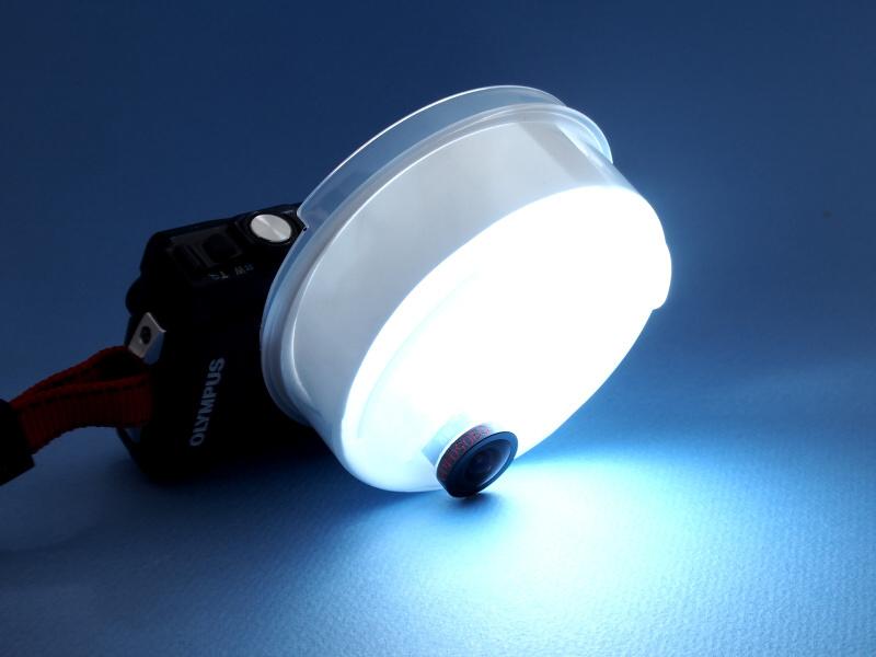 ストロボを発光させると、光がこのように回る。ディフューザーをレンズのセンターからずらして装着したのは、地面にいる昆虫を撮影するためなのである